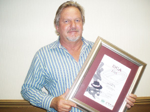 Philip Otto, show director of Automechanika SA with the EXSA award for Best Trade Show.
