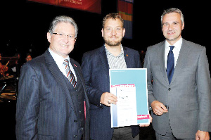 (Left) President of the Artisan Guild of Ulm, Anton Gindele, on the right general manager of the guild, Dr Tobias Mehlich, with Fredy Piepmeyer in the middle. Piepmeyer holds his Master Brewer qualification and the certificate honouring him for his academic distinction.