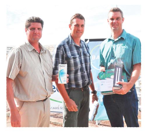 Albert Voigts, feedlot potential winner, with Dunell Pienaar of Bayer and Titus Koen of Agra.