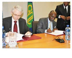 Signing a funding agreement between the Southern African Development Community and the European Union are Dr Tomáz Augusto Salomão (right) of the SADC Executive and Ambassador Gerard McGovern, Head of the European Union Delegation to Botswana and SADC.