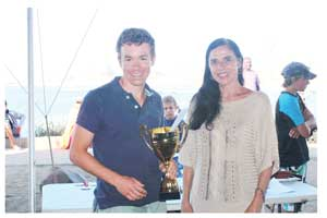Meryl Barry, eldest daughter of the late Harold Pupkewitz represented her family at the Pupkewitz Jetty Mile. Here she presented the winner, Nico Sterk with his trophy. Ms Barry also set off the main race as well as the sprint in the Mole.