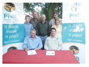 Seated are Mecki Schneider, President of the Brahman Breeders Society and Christo Viljoen, Head: FNB Agri with Jaco Hanekom (FNB Agri-manager), André Compion, Ebbi Fischer, Ryno van der Merwe and Heilwig Andreae-Voigts of the Brahman Breeders Society, standing in the back.