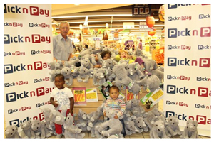Pick n Pay Retail Marketing Manager, Gilbert Botha with Zoé Locke, Zanri Gouws, Elmaro Haoseb and Alezayo Plezens cuddling their loveable rhino toys.