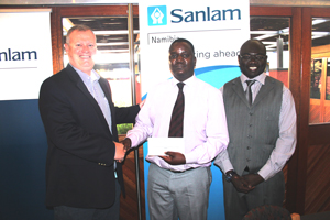 (Left to right) Sanlam group CEO Tertius Stears, Nyasha Francis Nyaungwa, Sub Editor at the Namibia Economist and Sanlam GM Public and Corporate Support, Evans Simataa.