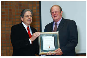 Prof. Danie Goosen of the Philosophy Department at Unisa is the Chairman of the FAK. Here he presents Nictus chairman, Nico Tromp with the FAK Award for Excellence in Leadership.