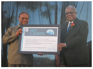 His Excellency President Hifikepunye Pohamba receiving the WWF Gift to the Earth Award from Chief Emeka Anyaoku, former President of WWF International. ( Photograph by Hilmah Hashange)