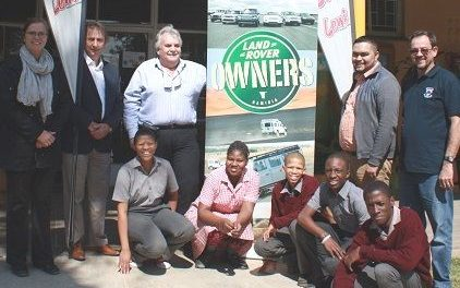 Landie owners and Lewis Stores pull together for Dagbreek School's sustenance project