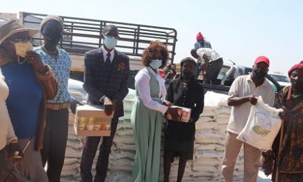 Drought-stricken Angolan nationals settled at Etunda receive food donations